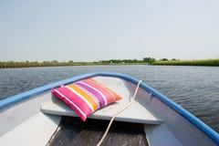 Boot op Nederlandse rivier Stock Afbeeldingen