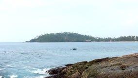 Boot op Overzees in Mirissa-Strand stock videobeelden