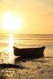 Boot op zonsondergangoverzees stock afbeeldingen