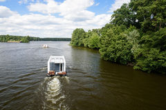 Boot op rivier Dahme in Berlijn Stock Foto's