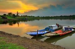 Boot op rivier in mooie schemeringhemel die wordt gedokt Stock Foto