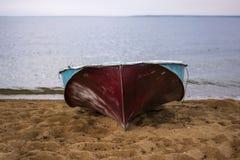 Boot op strand dichtbij water Royalty-vrije Stock Foto