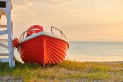Boot op strand, Sithonia, Griekenland royalty-vrije stock afbeeldingen