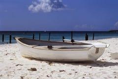 Boot op tropisch strand Stock Fotografie