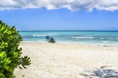 Boot op tropisch strand Stock Afbeelding