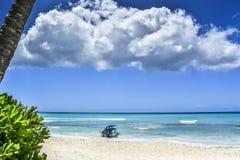 Boot op tropisch strand Stock Afbeeldingen