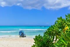 Boot op Tropisch Strand bij Exotisch Eiland Royalty-vrije Stock Afbeelding