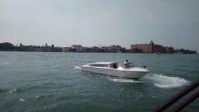 Boot op Venetië stock afbeeldingen