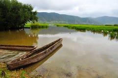 Boot op Weide met Rich Water Royalty-vrije Stock Afbeeldingen