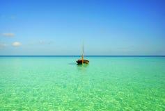 Boot op zee stock afbeeldingen