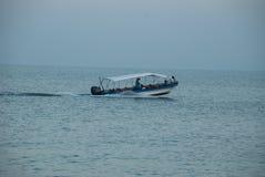 Boot op zee bij zonsondergang Stock Foto