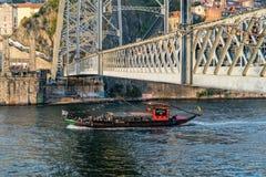 Boot over Douro-rivier in Porto in Portugal, voor Luis Bridge royalty-vrije stock fotografie