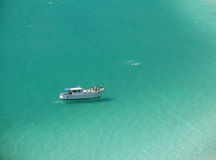 Boot over een kristallijn turkoois strand Stock Afbeelding