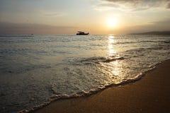 Boot in overzees bij zonsondergang, de zwarte Stock Afbeelding