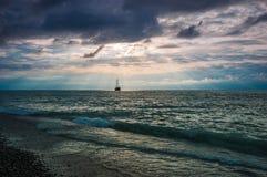 Boot in overzeese zonsondergang Stock Foto's