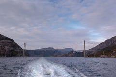 Boot perspectivender onder de Lysefjorden-Brug in Noorwegen Royalty-vrije Stock Foto