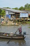 Boot in Phong Dien Floating Market stock afbeelding