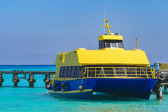 Boot am Pier Schiff im karibischen Meer Lizenzfreies Stockfoto