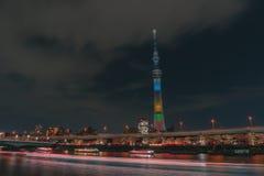 Boot reisen in Sumida-Fluss mit Tokyo Skytree im Hintergrund lizenzfreie stockfotografie
