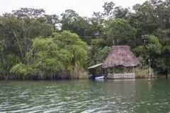 Boot in Rio Dulce Guatemala wordt gedokt dat Stock Foto