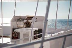 Boot in rode overzees Royalty-vrije Stock Afbeeldingen