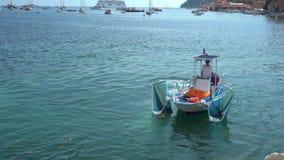 Boot säubert Wasser nahe dem Strand - mittleren Schuss stock video