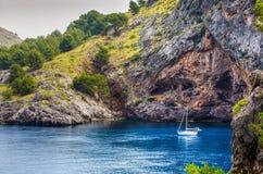 Boot in Sa Calobra wordt verankerd die Royalty-vrije Stock Foto's