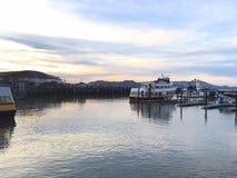 Boot in San Francisco dat & x27 wordt geparkeerd; s Fishermans Warf Dok Royalty-vrije Stock Foto