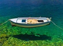 Boot scheint, auf haarscharfem Meer frei zu schweben lizenzfreies stockbild