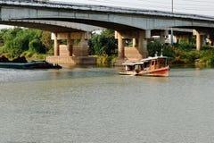 Boot schleppen, um Fracht entlang dem Fluss zu schleppen lizenzfreies stockbild