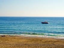 Boot segelt entlang Küstenabstandsschuß lizenzfreies stockbild