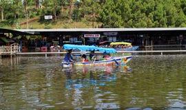 Boot in sich hin- und herbewegendem Markt Lembang stockfoto