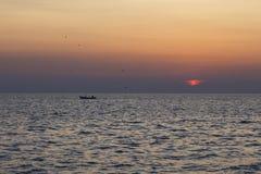 Boot am Sonnenaufgang Stockfotos