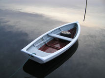Boot am Sonnenaufgang Stockbild