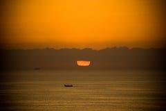 Boot am Sonnenaufgang stockbilder