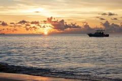 Boot an Sonnenuntergang 1 Stockbilder