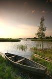 Boot am Sonnenuntergang lizenzfreies stockfoto