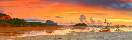 Boot am Sonnenuntergang Lizenzfreie Stockfotos