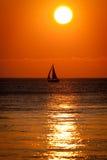 Boot am Sonnenuntergang lizenzfreie stockbilder