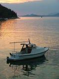 Boot am Sonnenuntergang Stockfotos