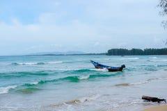 Boot springt in die Seegezeitenwellen Lizenzfreies Stockbild