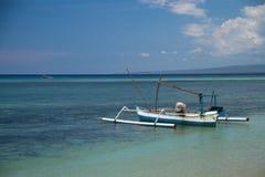 Boot am Türkisriff innerhalb des Meeres Stockfotografie