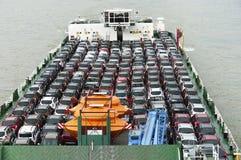 Boot transportiert viele Autos Stockbilder