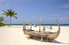 Boot am tropischen weißen Strand Stockfoto
