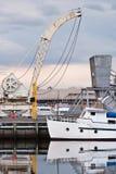 Boot und alter Kran. Lizenzfreie Stockfotografie