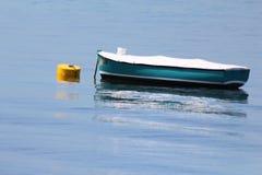 Boot und Bouy auf dem Wasser lizenzfreies stockbild
