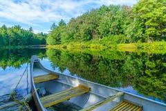 Boot und der Mersey-Fluss, in Nationalpark Kejimkujik lizenzfreies stockbild