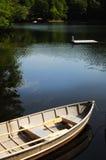 Boot und Dock im See Lizenzfreies Stockbild