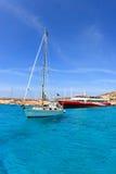 Boot und Fähre an der blauen Lagune in Malta Stockbild