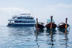 Boot und Fähre Longtail Stockfotos